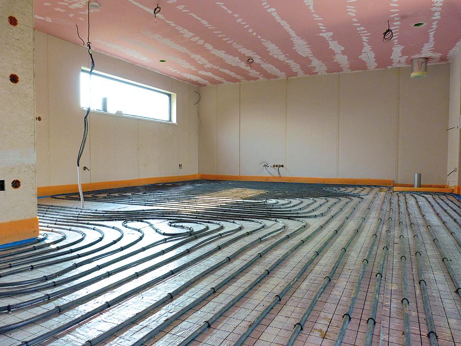 Na pripravený podklad sa položí tepelná izolácia z podlahového polystyrénu (resp. systémové tepelnoizolačné dosky) a na reflexnú fóliu sa pomocou systémových prvkov pripevnia rúrky teplovodného podlahového vykurovania.