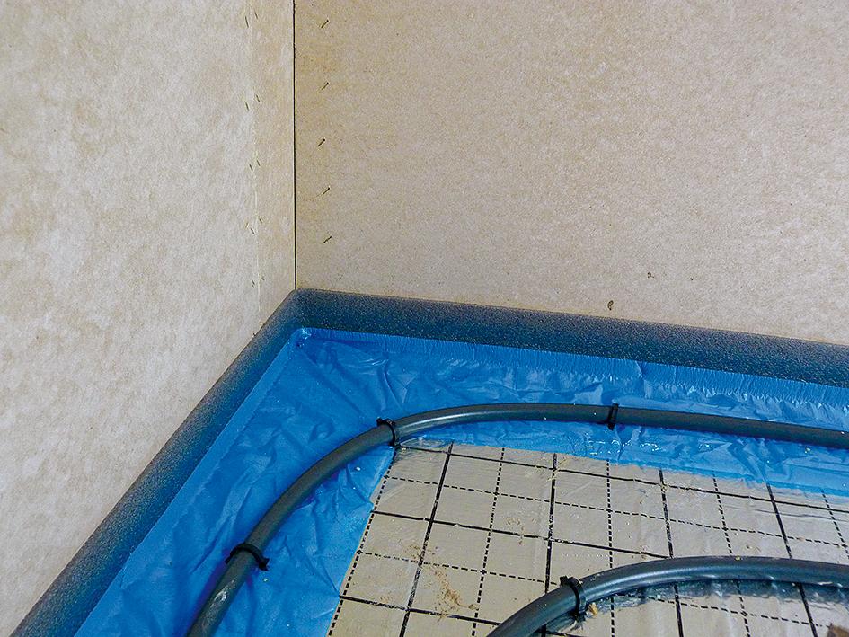 Skontroluje sa tesnosť teplovodného vykurovacieho systému, ktorý sa natlakuje a odskúša. V mieste dverných otvorov a po obvode stien sa vyhotovia dilatačné škáry.
