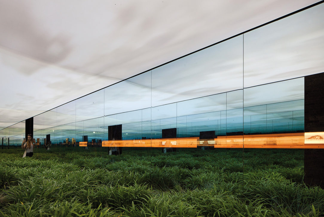 Argentínsky pavilón vytvoril pomocou zrkadiel ilúziu nekonečnej pampy.