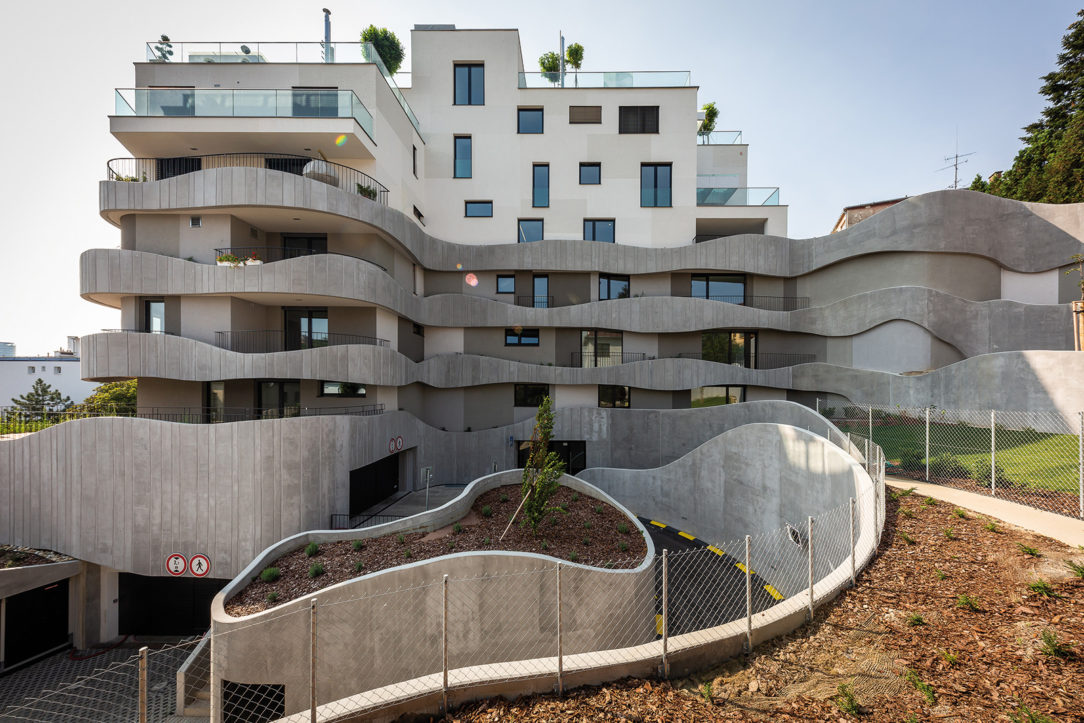 Horizontálny rez delí budovu na dve časti. Spodná je cez oporné múry organicky prepojená s okolitým terénom a horná odkazuje na funkcionalistické vily v okolí.