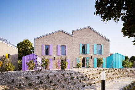 Inak prehliadnuteľné domy sa však vďaka farebným okeniciam kovovým zábradliam odlišujú od priemyselných budov