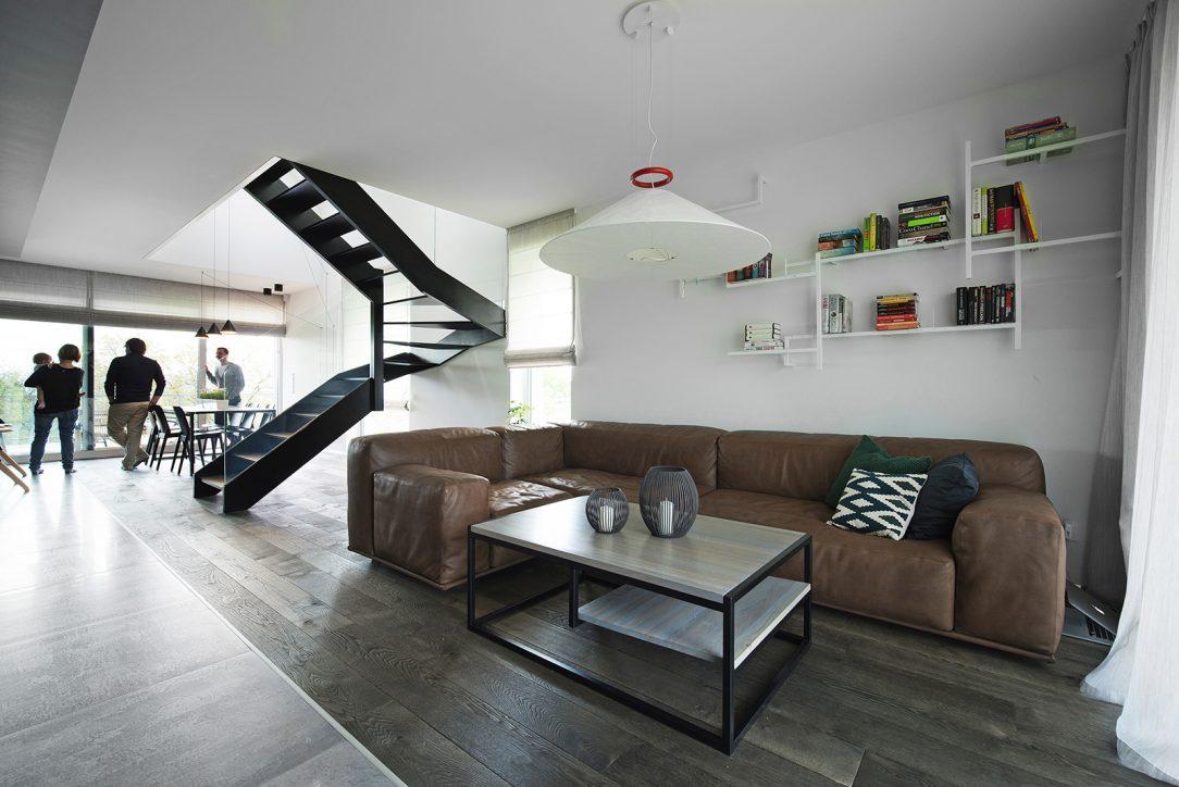 Obývaciu časť od jedálenskej delí pôsobivé vzdušné schodisko so skleným zábradlím.