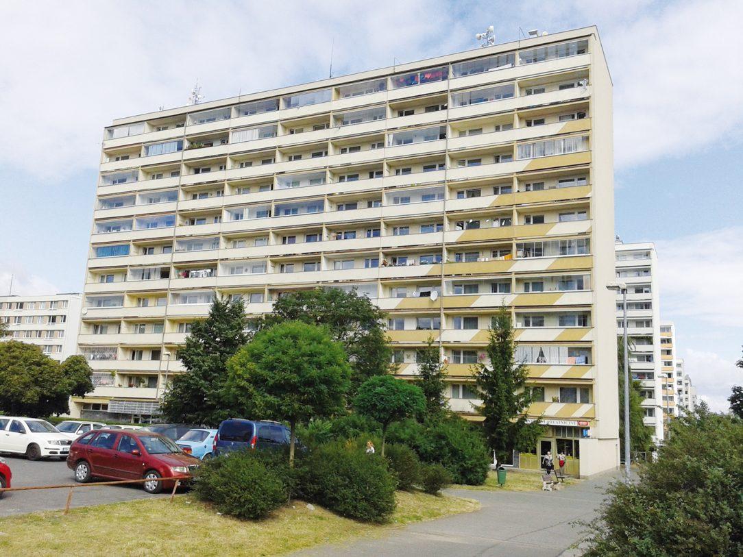 Obr. 1 Posudzovaný bytový dom s 90 bytmi južné priečelie s plochou 1 944 m2