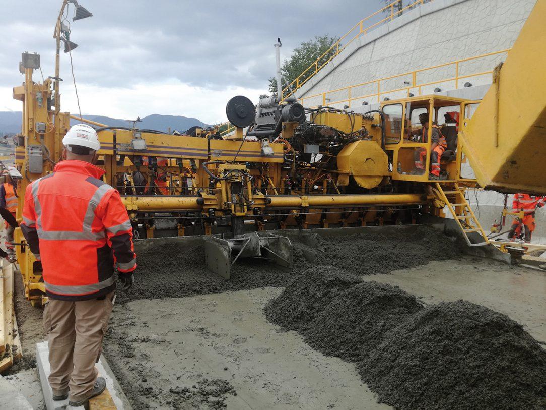 Obr. 6 Kladenie cementobetónovej vozovky