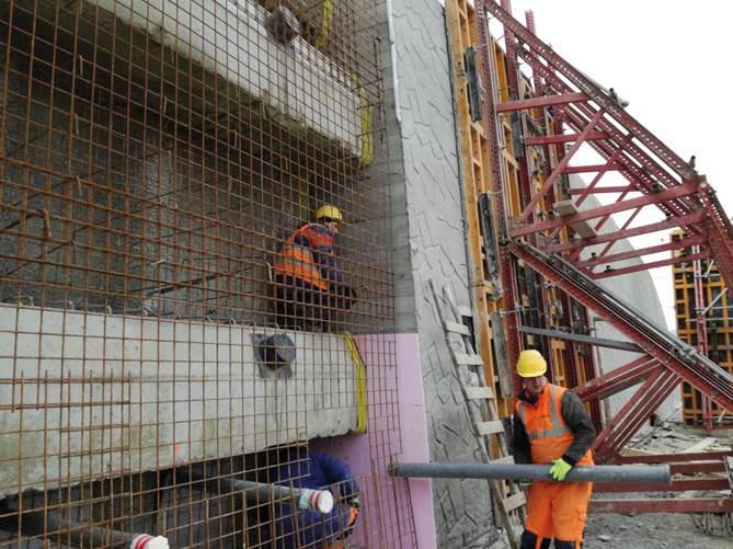 Obr. 7 Realizácia obkladových múrov na západnom portáli tunela