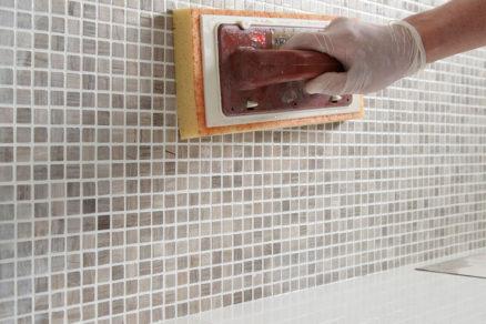 Pripravená zmes škárovacej malty sa nanáša do škár medzi obkladovými prvkami gumenou stierkou tak aby boli škáry úplne zaplnené a nevznikali dutiny.