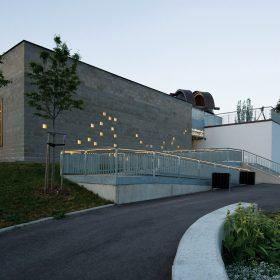 Súhvezdie na fasáde prepúšťa cez deň do interiéru svetlo večer láka okoloidúcich dovnútra.