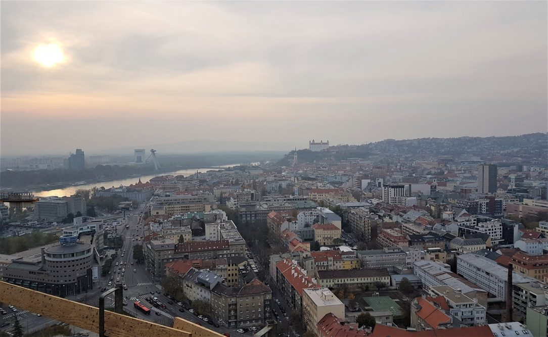 chvatný pohľad na Bratislavu z 30. poschodia rezidenčnej budovy