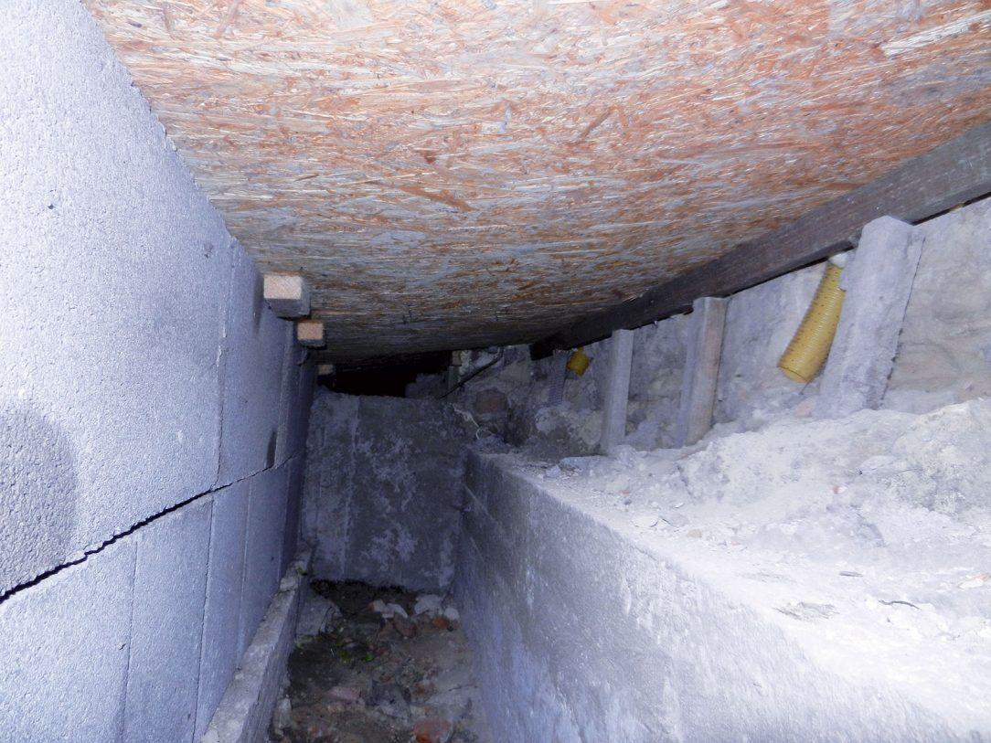 Obr. 3 Pohľad do vnútra odvetrávacieho kanála, inštalovaného pri kostole – konštrukcia kanála spôsobila mierne zvyšovanie zavlhnutia múrov, ktoré dovtedy, naopak, klesalo.