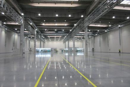 Priemyselná betónová podlaha s povrchovou úpravou vsypom a impregnáciou.