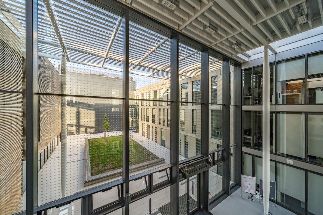 Hlavnou výhodou skiel Guardian použitých pri ELI Beamlines je že do interiéru prepúšťajú približne 37 percent slnečného tepla ale zároveň veľké množstvo svetla