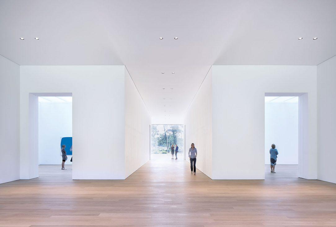 Interiér je komponovaný ako séria pohľadov do krajiny