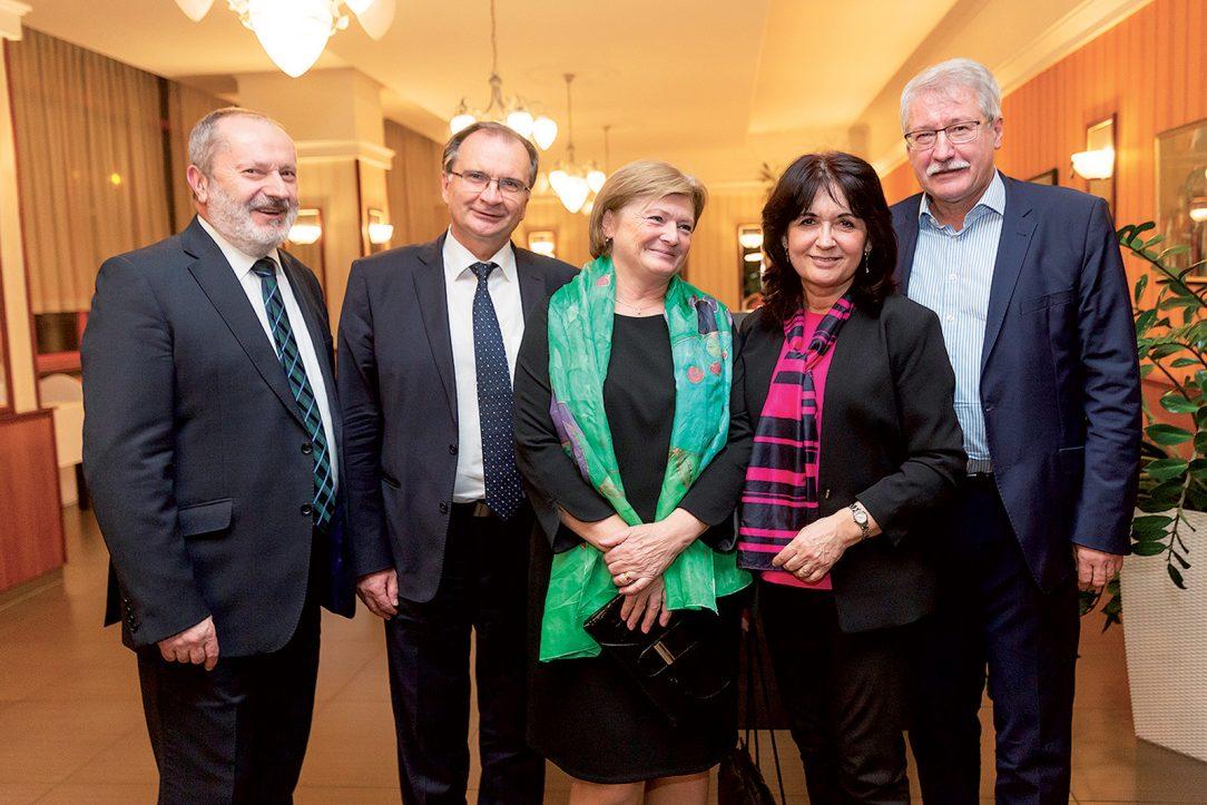 Zľava: Slavomír Podmanický, Reming Consult, s manželkou, Stanislav Unčík, STU SvF a Dušan Petráš, STU SvF, s manželkou