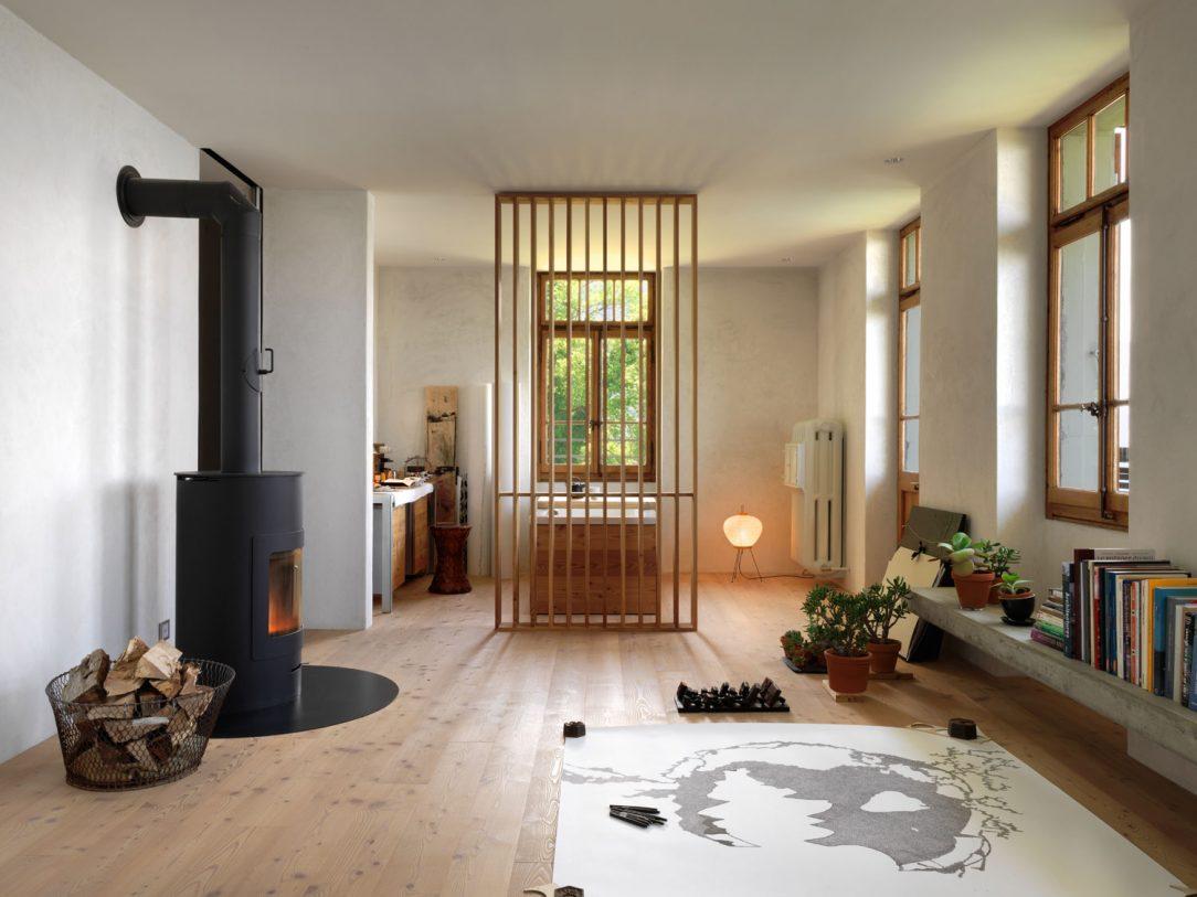 Na prízemí trojpodlažného domu sa nachádza obývacia izba a kuchyňa