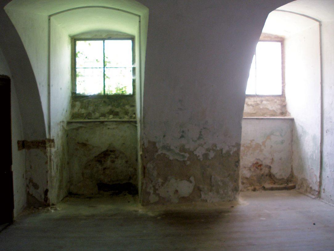 Obr. 1 Vlhkosťou a soľami zničená povrchová vrstva omietok v suteréne kaštieľa