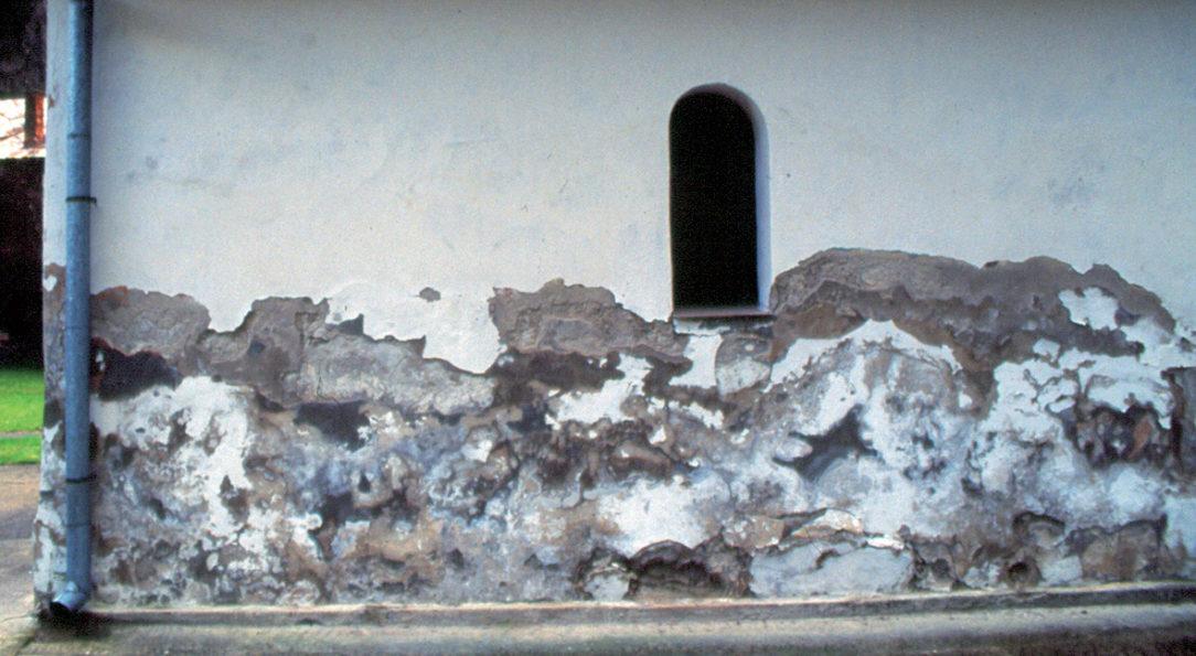 Obr. 2 Vodorozpustnými soľami zničená fasáda kaplnky