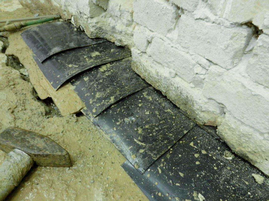 Obr. 4 Izolačné pásy vložené do múru v priebehu aplikácie technológie podrezávania
