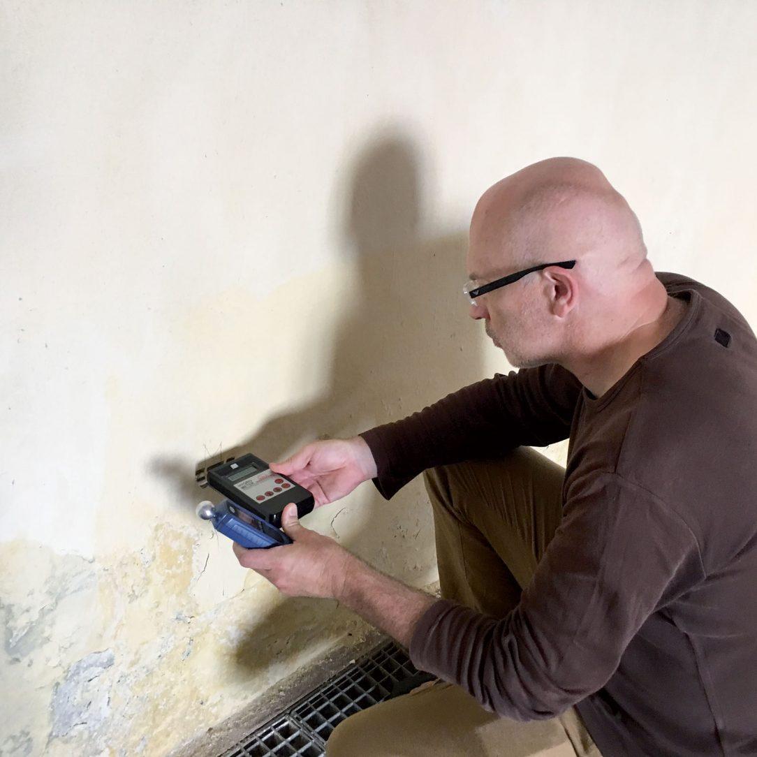 Obr. 6 Exaktný inštrumentálny výskum stavu zavlhnutia povrchových vrstiev múrov hradu