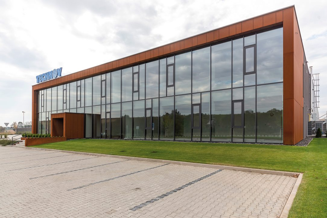 Pohľad na administratívnu budovu ktorej farebnosť určuje aj cortenový obklad.