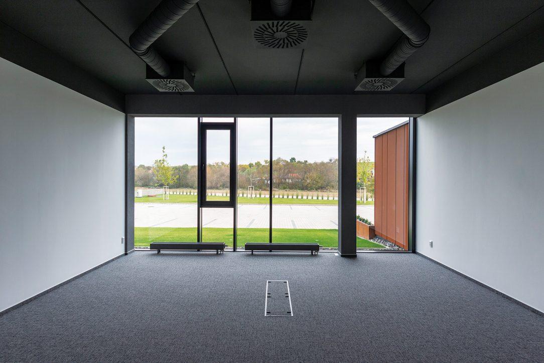 Pohľad z interiéru administratívnej budovy.