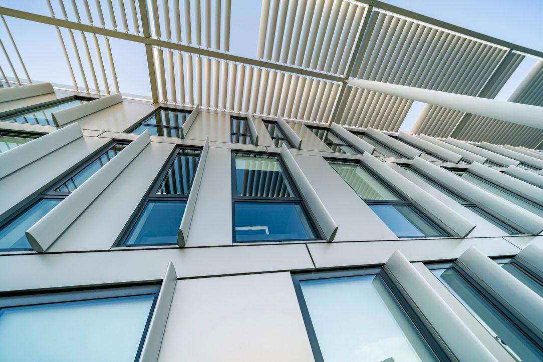 Presvetlenie interiéru denným svetlom je veľmi dobré a prispieva k príjemnému pracovnému prostrediu v budove