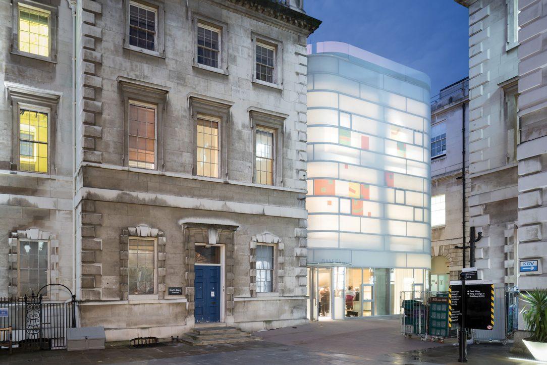 Steven Holl Architects zvolili mäkký kontrast medzi historickou stavbou a fasádou z mliečneho skla