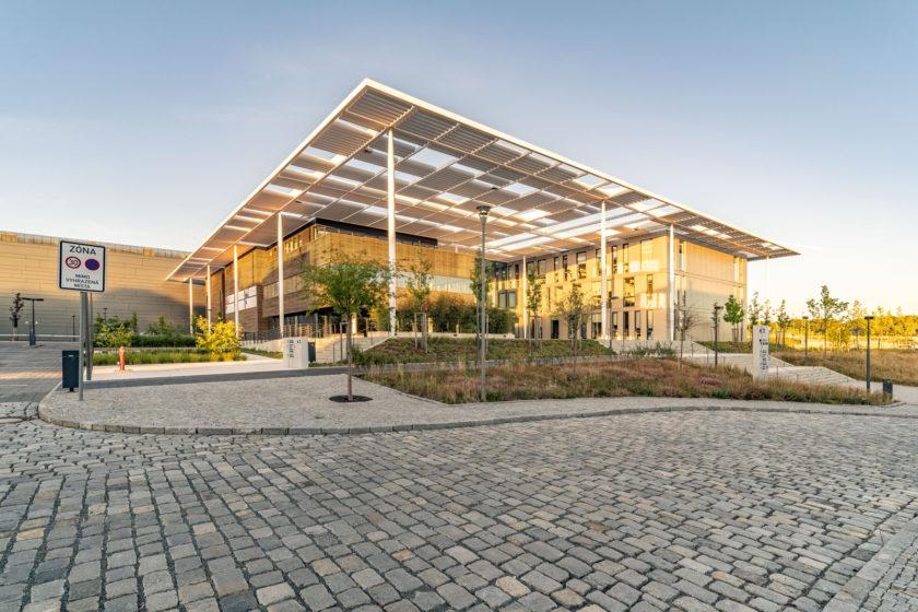 Výskumné centrum ELI Beamlines v Dolních Břežanech začalo po dostavaní rýchlo zbierať ocenenia za architektúru