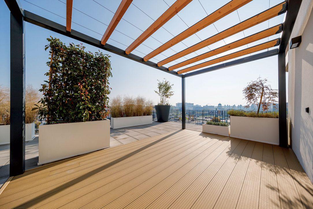 Vizuálne atraktívny doplnok balkónov s drevenými prvkami treláže s dekoratívnym efektom