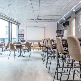 Centrálny kaviarenský priestor ponúka rôzne druhy sedenia