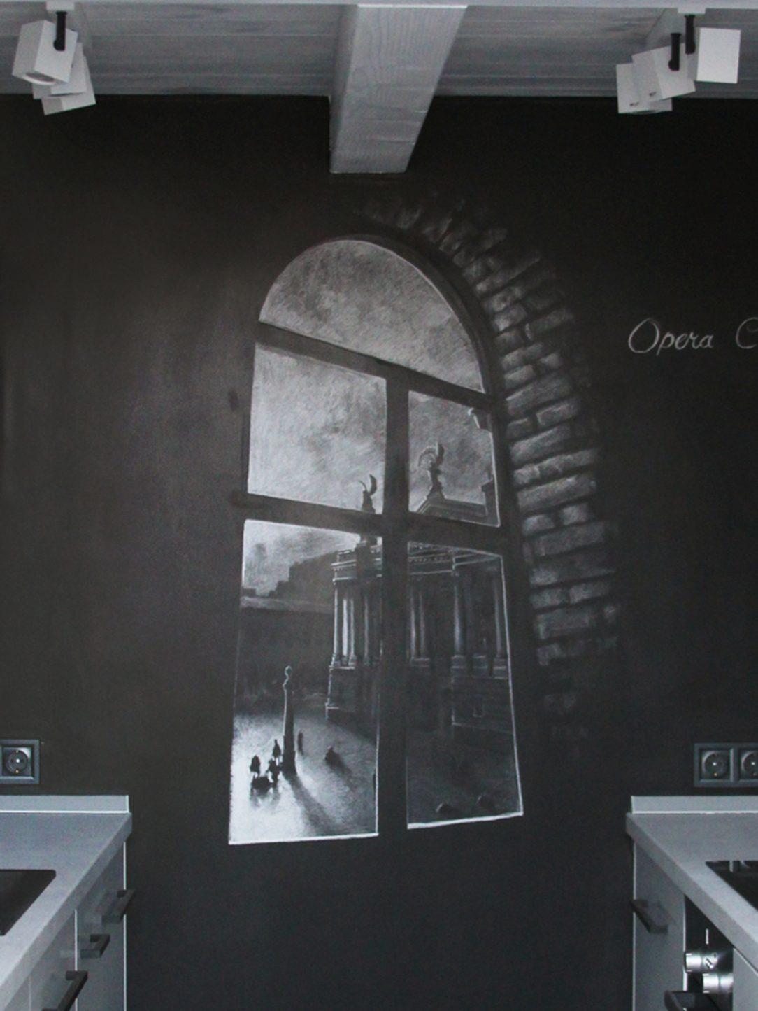 Dekorácia vytvorená z fotografie niekdajšieho okna umiestnená na jedinej čiernej stene bytu