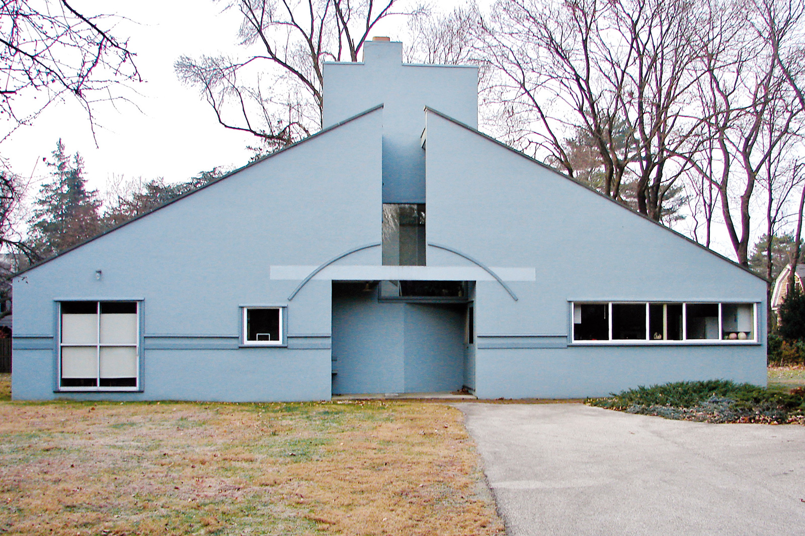 """1964, Philadelphia, USA Keď ho jeho mama požiadala, aby pre ňu navrhol dom, Venturi sa chopil šance vytvoriť manifest. Výsledok sa dnes považuje za prvú postmodernú budovu. """"Niekto vraví, že dom mojej mamy vyzerá ako detská kresba. Rád si myslím, že to tak je."""""""