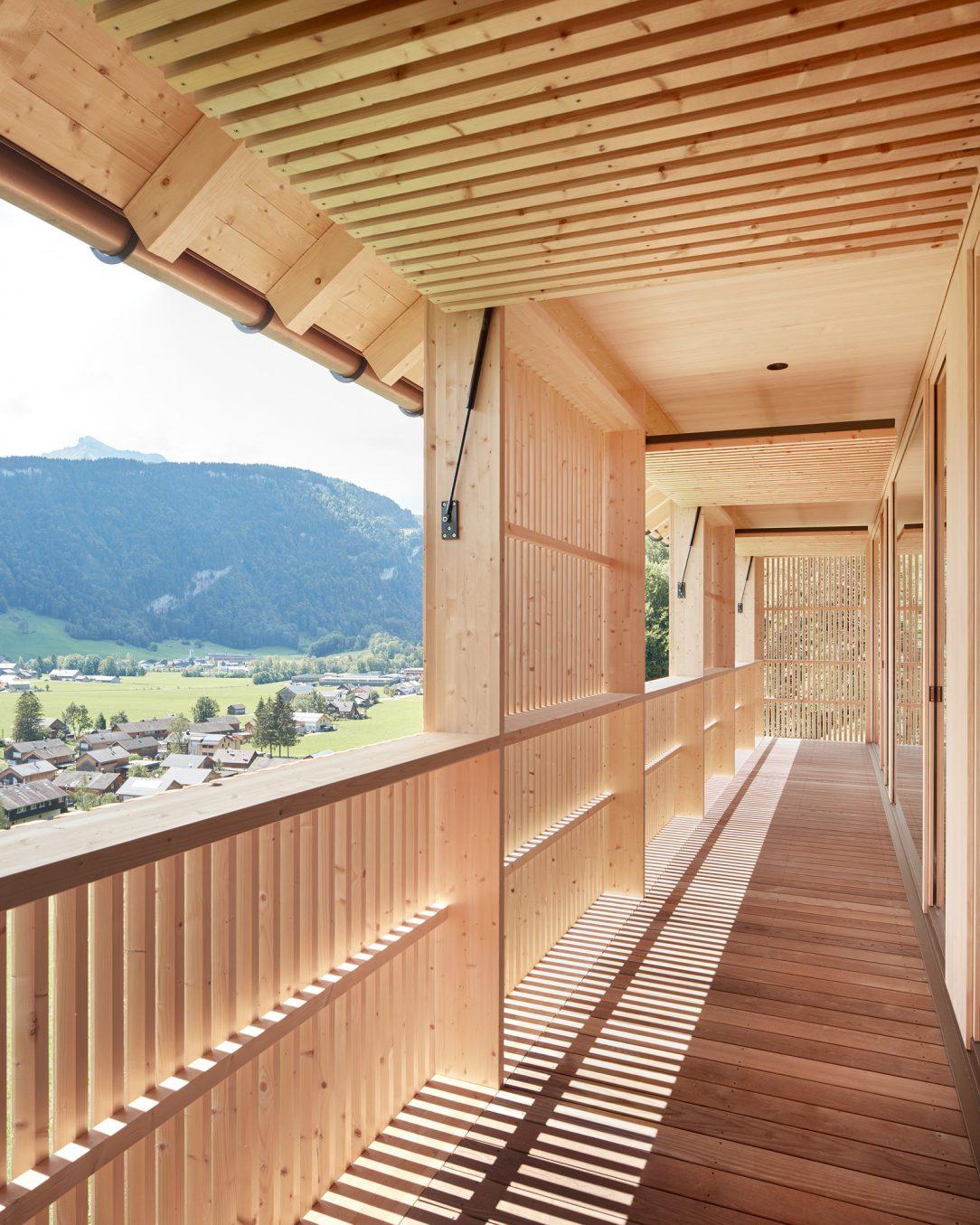Drevené lamely filtrujú svetlo a zároveň poskytujú možnosť prispôsobiť výhľad potrebám domácich