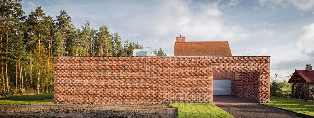 Múry domu sú vyrobené z ručne triedených odpadových tehál