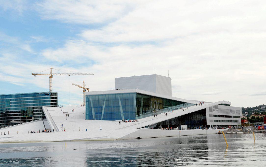 Okrem hlavných sál sa v opere nachádza ďalších 1 100 miestností a kilometre komunikačných priestorov ktoré musia spĺňať akustický komfort