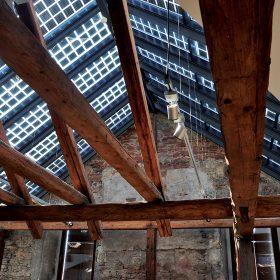 Pôvodný krov konštrukcie s modernými fotovoltickými článkami 1