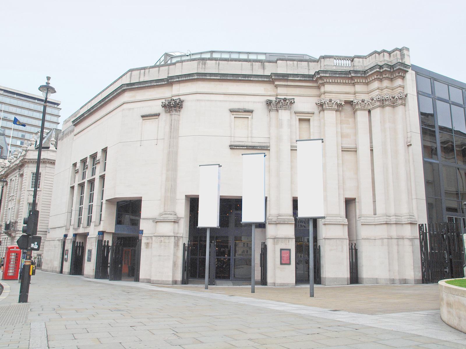 1991, Londýn, Spojené kráľovstvo VSBA navrhli rozšírenie londýnskej Národnej galérie na prelome 90. rokov. Na fasádu vybrali rovnaký vápenec ako William Wilkins vroku 1838, ale radšej, ako napodobňovať aj pôvodnú konštrukciu, nové krídlo kopíruje tvar ulice. Na prízemí budovu ešte viac otvorili návštevníkom azvnútra ponúkajú pohľady na celé námestie Trafalgar Square.