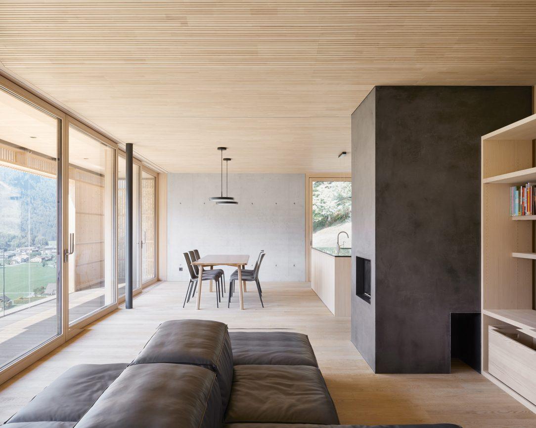 V interiéri hrajú prím dva základné materiály – pohľadový betón a drevo zo striebornej jedle