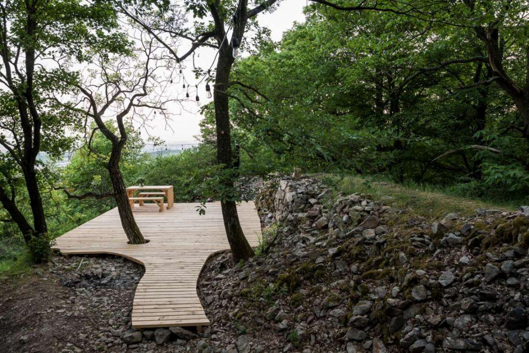 Vedľa duba je druhá priestrannejšia terasa s grilom