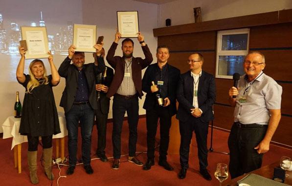 Víťazi (zľava): Jarmila Švingáľová (Zlatá medaila), Emil Izakovič, Miroslav Machovič (Strieborná medaila), Dalibor Száras, Štefan Szabó (Bronzová medaila), prezident SZ CHKT Vladimír Orovnický a predseda SV IIR Peter Tomlein