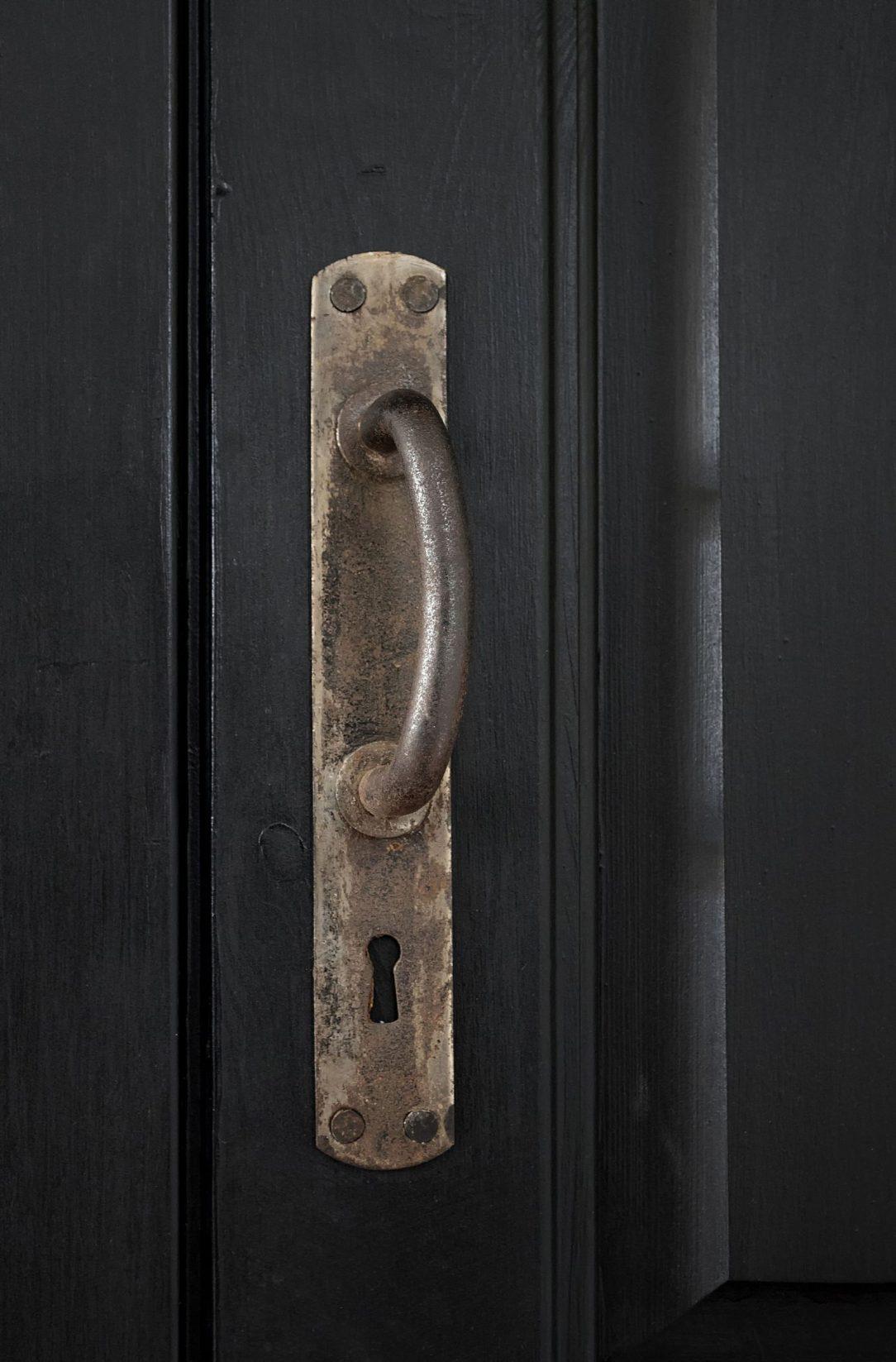 Aby dosiahli starnúci vzhľad kovových prvkov interiéru a odhalili ich štruktúru použili tzv. bluing.