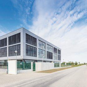 DELTA zrealizovala v BIM programe kancelársku budovu v Piešťanoch pre spoločnost EKOM. Budova je postavená v ultranízkoenergetickom štandarde A1.