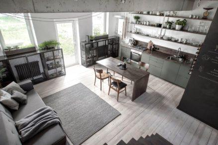 Na prízemí je kuchyňa spojená s obývacou izbou malá práčovňa a hosťovská kúpeľňa.
