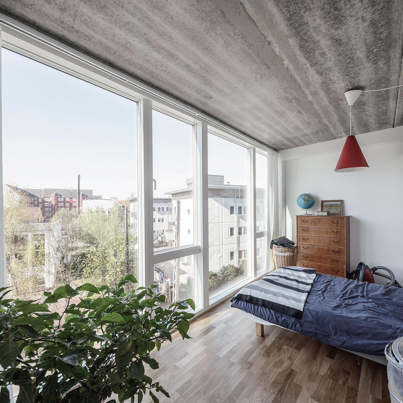 Strohé a jednoduché materiály napríklad pohľadový betón umožnili investovať do veľkoplošných okien