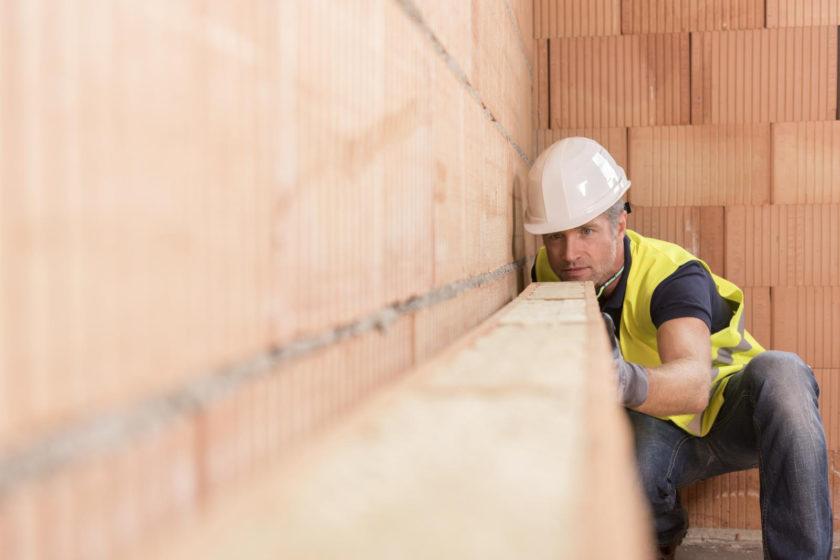 Pokrývači a majstri murári majú možnosť absolvovať Wienerberger Akadémiu a získať certifikát pre prácu so strešným systémom Tondach alebo s tehlovým systémom Porotherm.