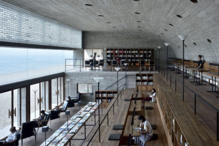 Vedúci kancelárie Gong Dong odišiel ako mladý za vzdelaním do sveta, aby sa potom do vlasti mohol vrátiť tvoriť. Po univerzitách vPekingu, Illinois aMníchove formovali jeho názory zamestnávatelia zNew Yorku – Richard Meier aSteven Holl. Vspôsobe, akým vlnenie mora preniesol do podoby knižnice, by sa dali nájsť asociácie na niektoré stavby jeho mentorov. Foto: Chen Hao