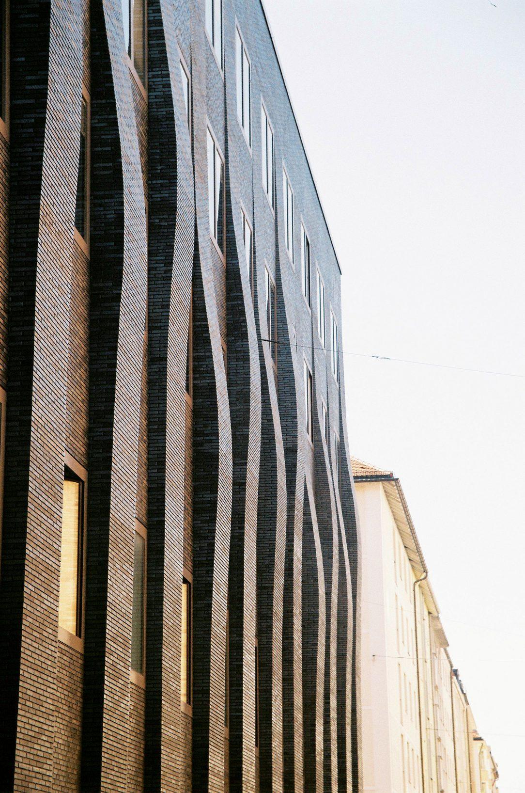 Úspešný mníchovský ateliér Hild und Kje typický svojou špecifickou tvorbou azameraním na rekonštrukcie. Kanceláriu vedie žiak M. Šika zETH Zürich asúčasný dekan mníchovskej fakulty architektúry Andreas Hild.