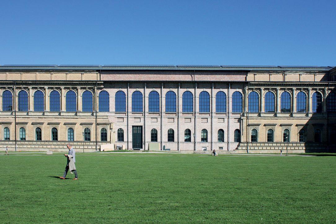 Stará pinakotéka je výborným príkladom rekonštrukcie historickej stavby, ktorú poznačilo bombardovanie počas 2. svetovej vojny. Citlivou dostavbou bez zbytočnej ozdobnosti, no s patričnou úctou ukázal v 50-tych rokoch 20. storočia Hans Döllgast svoje majstrovstvo.