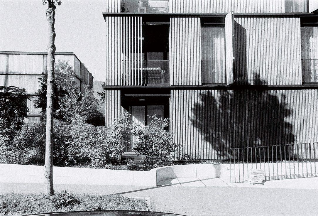 Súbor 11 bytových kubusov Escherpark si vytvára potrebnú intimitu dvoma spôsobmi. Prvým je individuálne ovládateľný zásuvný systém drevených lamiel. Druhým, dlhodobá starostlivosť o zeleň na pozemku, ktorej dnešná podoba a najmä hustota pripomína les.