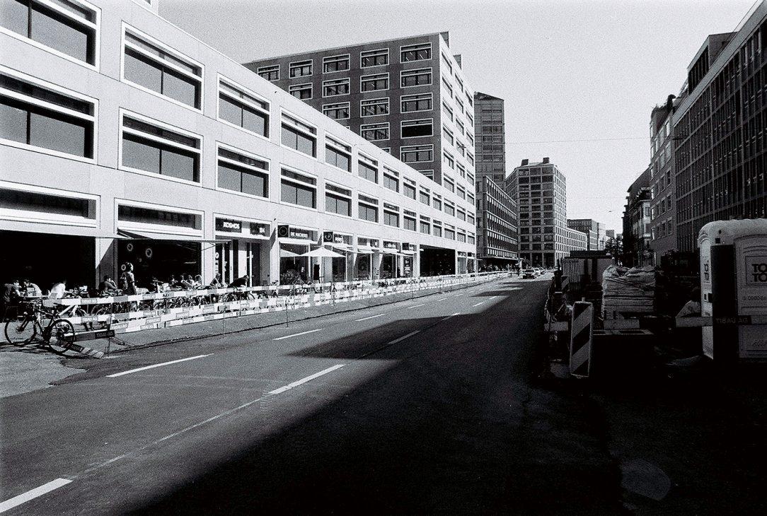 Výstavba EuropaAllee má za sebou 9z plánovaných 11 rokov. Vo finále má ponúknuť 400 bytov, 8 000 pracovných miest a parkovanie v novej centrálnej štvrti obmedziť na 500 miest.