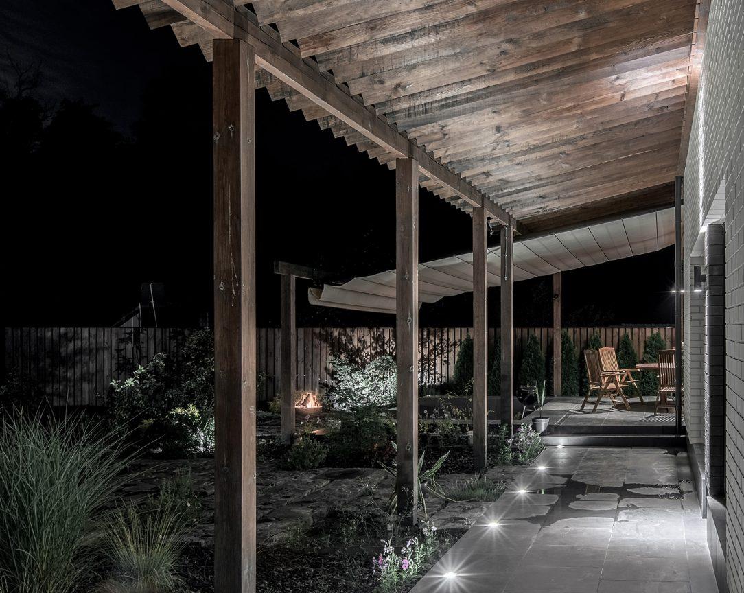 Bielu fasádu ochraňujú drevené pergoly